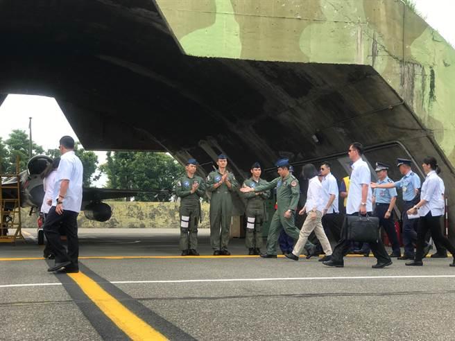图为蔡英文视察台南空军基地。