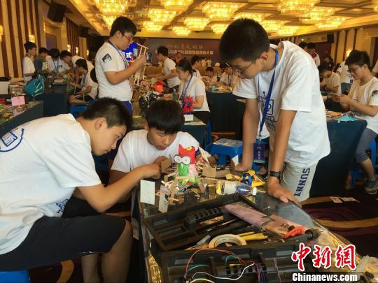 """第三届苏台青少年科技创新创意大赛6日在江苏昆山举行,来自两岸的600多名师生拼创意,自制千奇百怪的""""万兽之王""""等仿生机器人,展开激烈的竞跑、拔河等比赛。"""