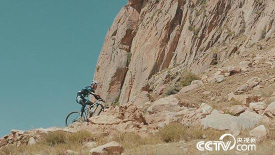 冲击冠军奖牌的自行车手