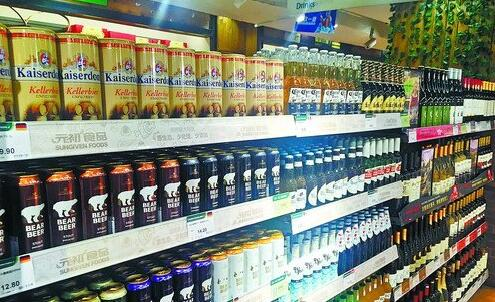 超市里进口酒琳琅满目。