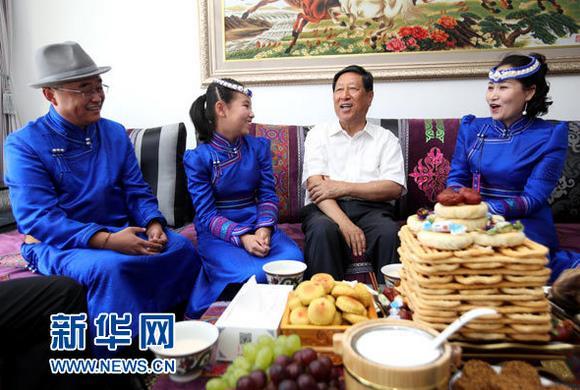 这是张平在蒙古族居民哈斯戈日乐(右一)家详细询问全家工作和生活情况。新华社记者 邓华 摄