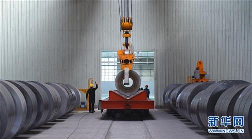 2016年12月8日,工人在包钢稀土钢板材冷轧生产线上吊卸产品。