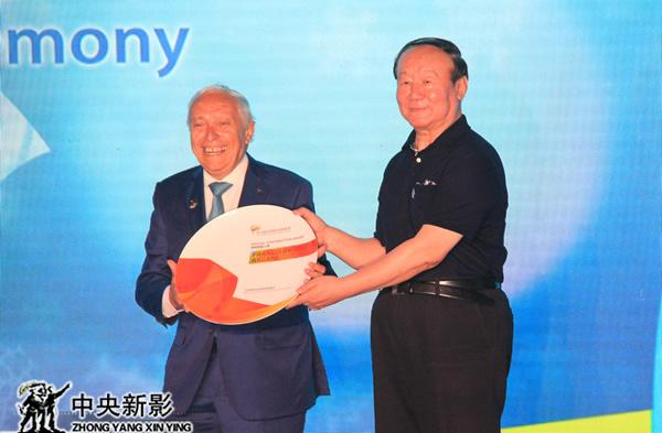 蒋效愚向弗兰克·阿斯卡尼颁发了特殊贡献人物奖