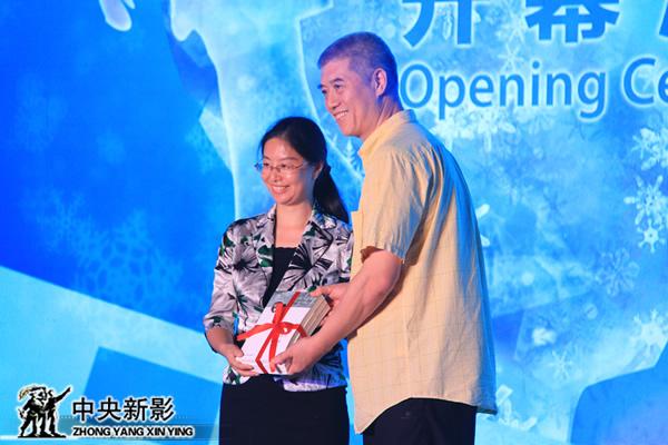 徐济成代表北京冬奥组委接受《奥运官方电影史》作者赠书