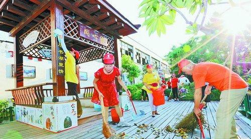 文创园区党员与兴华社区党员志愿者开展文明创建。