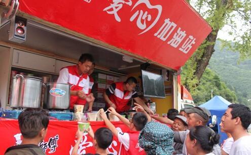 成都顶益食品(康师傅)公司为受灾群众提供热食