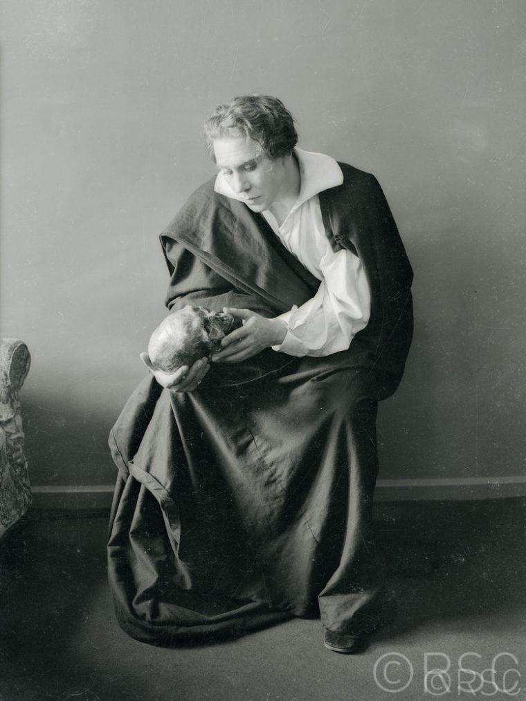 唐纳德·沃尔夫特在1936年的《哈姆雷特》中拿着头骨沉思