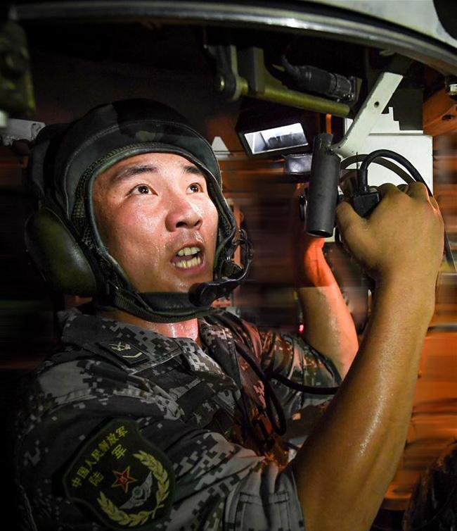 王锐在装甲突击车内熟练操作,沉着指挥(7月1日摄)。