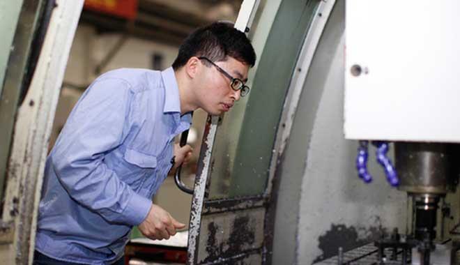 在铣削加工中心,陈闰祥正检查零件状况。 资料图