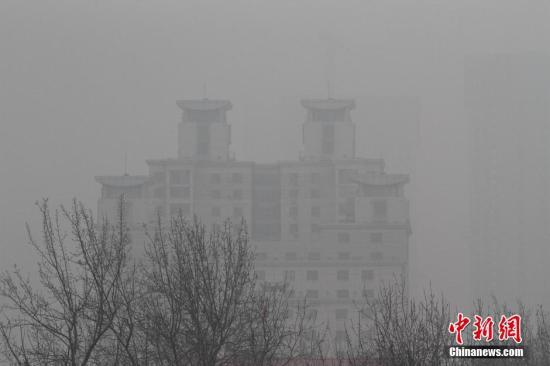 雾霾笼罩中的天津,一处高楼宛若空中楼阁。 中新社记者 张道正 摄