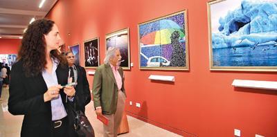 嘉宾在北京举行的金砖国家媒体联合摄影展上观看摄影作品(新华社记者 金良快 6月7日 摄)