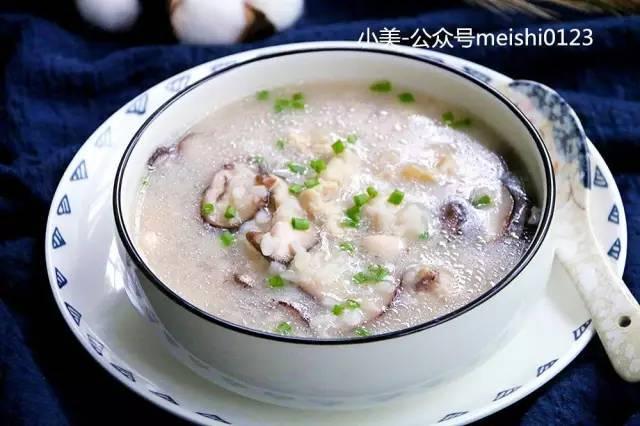 用剩米饭煮一锅香菇滑鸡粥粥,养胃、开胃皆宜的鲜粥。
