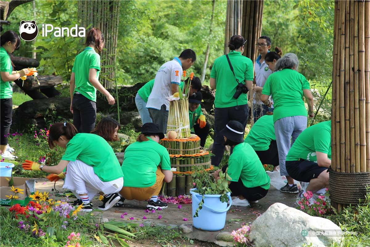 """志愿者和工作人员为""""宝宝""""准备生日蛋糕 。"""