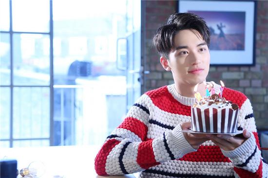 在公开的照片中,许魏洲独自一人在镜头前交叉演绎两人相爱时的甜蜜