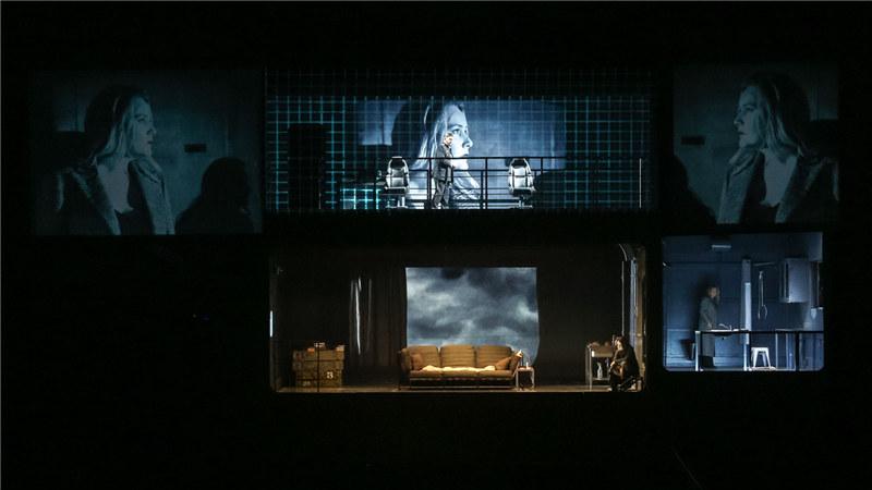 立体的舞台设计创造出战舰上的压迫感,每个人物活动在各自的密闭空间中 王小京/摄