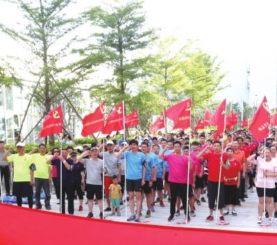 """""""爱·乐跑享·融合""""活动街道及驻区33个党组织400多名党员重温入党誓词。"""