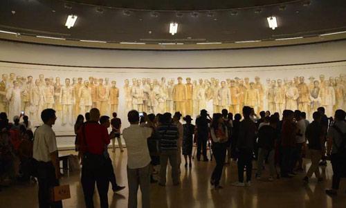 陈列于展厅中央的作品:《换了人间——1949·北京》