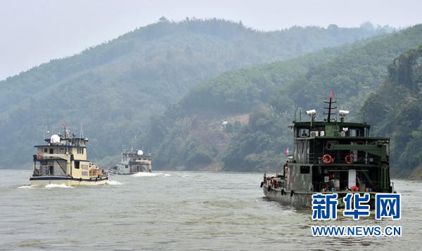 中老缅泰联合巡逻执法船在澜沧江-湄公河上的云南西双版纳关累港的江面上行驶