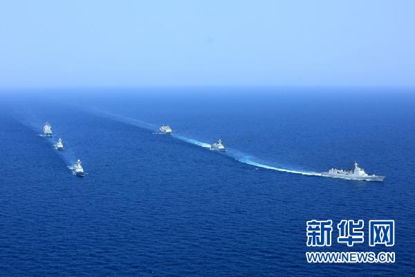 圆满完成亚丁湾、索马里海域护航任务的中国海军第二十批护航编队(右)与第二十一批护航编队分航,驶离亚丁湾海域开始执行环球访问任务(2015年8月23日摄)。
