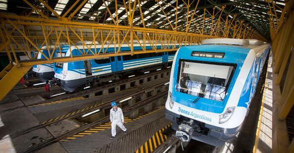 这是在位于阿根廷首都布宜诺斯艾利斯以南的利亚瓦略尔拍摄的中国中车为罗卡线城际铁路提供的列车