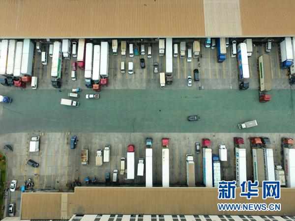 """在中国-东盟海产品交易所旁的福州名城冷链仓库内,运输车辆在装载冷冻海产品(4月11日摄)。位于福建自由贸易试验区福州片区内的中国-东盟海产品交易所于2015年3月挂牌运营,是服务于自贸区和""""一带一路""""的重要互联网交易服务平台。"""