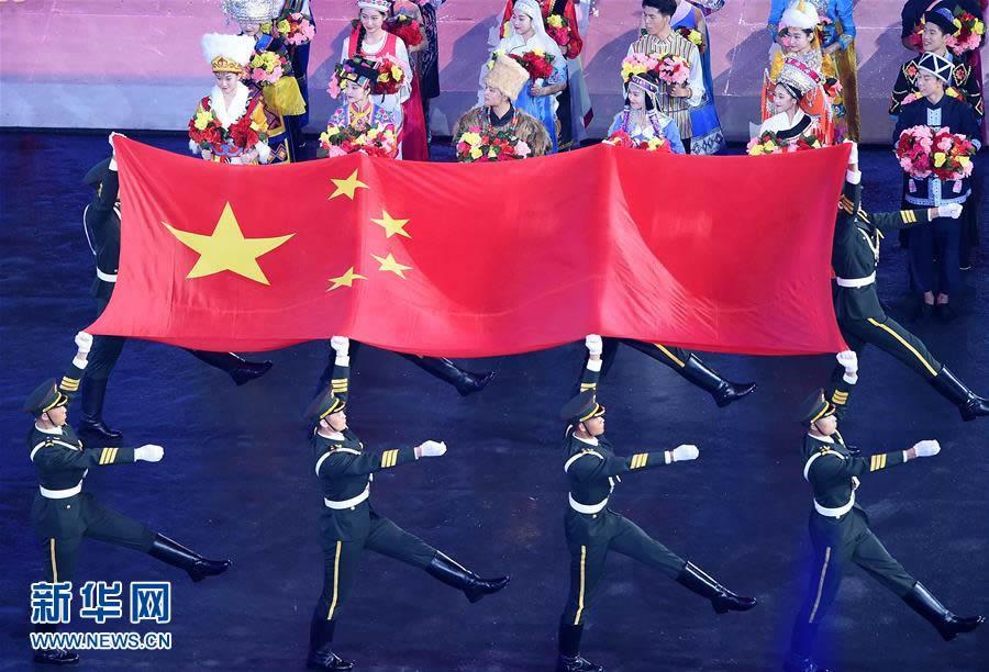 8月27日,旗手护送中华人民共和国国旗入场。当日,中华人民共和国第十三届运动会开幕式在天津举行。 新华社记者杨宗友摄