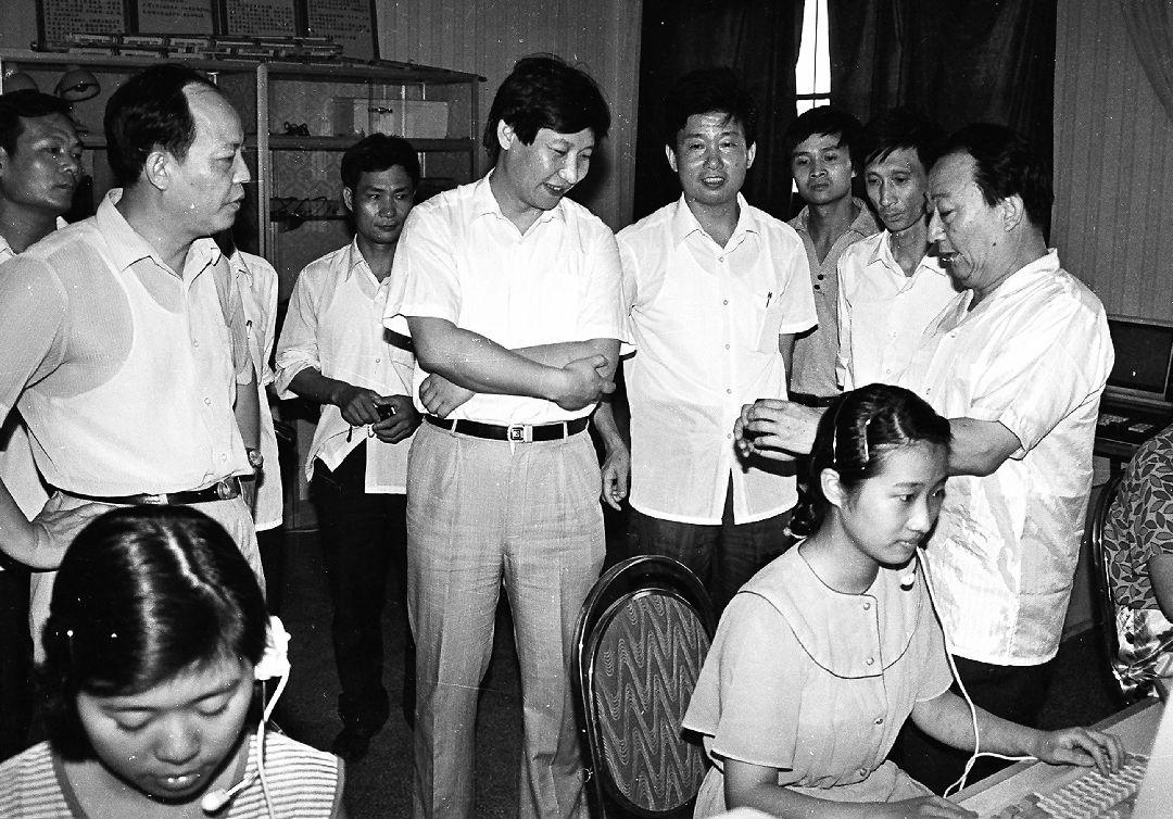 1989年夏天,习近平总书记(时任宁德地委书记)到福州调研程控电话。(资料图片)