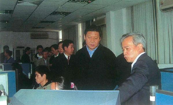2002年3月,习近平总书记(时任福建省委副书记、省长)到福建省空间信息工程研究中心调研。(资料图片)