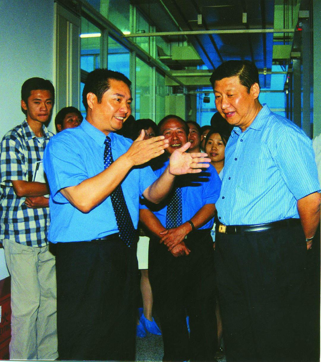 2001年10月,习近平总书记(时任福建省委副书记、省长)到中国电信福建分公司调研信息化建设。(资料图片)