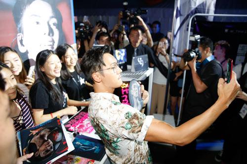 陈伟霆在粉丝展台