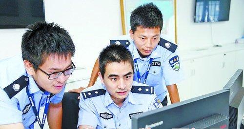 王华祥跟同事在研判案件。