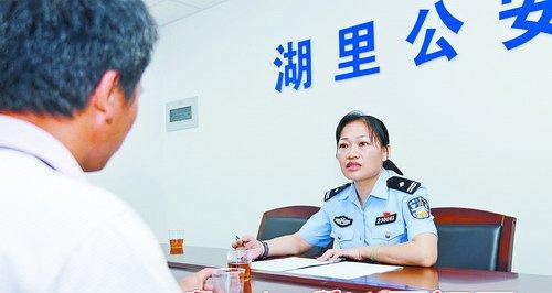 刘敏玲帮群众打开心结。