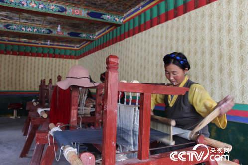 藏族妇女在合作社生产卡垫