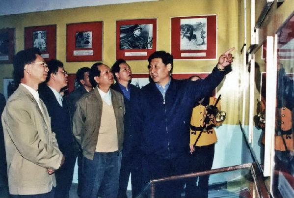 1999年11月,习近平总书记(时任福建省代省长)参观永定暴动遗址。