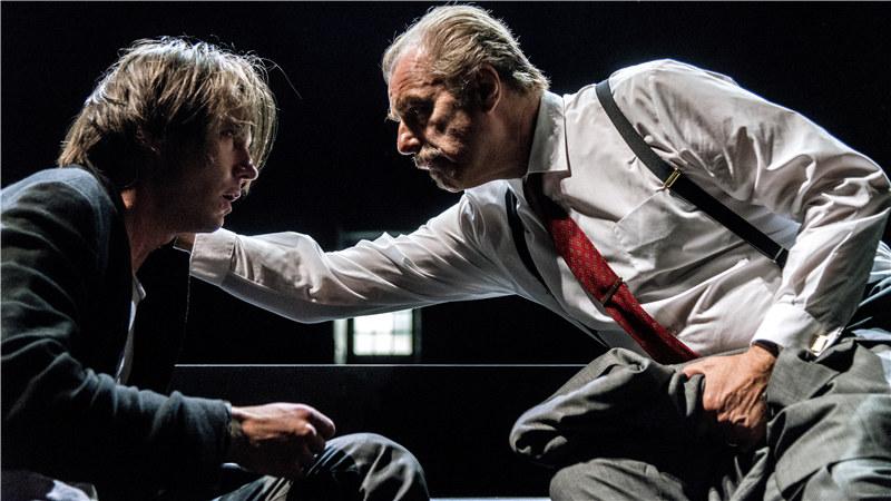 """瑞典皇家戏剧院将经典代表作《命运之影》再现了一代文学天才笔下的那部""""消除旧恨,用泪和血写的戏""""。"""