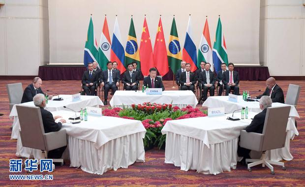 7月7日,国家主席习近平在德国汉堡主持金砖国家领导人非正式会晤,发表引导性讲话和总结讲话。南非总统祖马、巴西总统特梅尔、俄罗斯总统普京、印度总理莫迪出席。新华社记者 张铎 摄