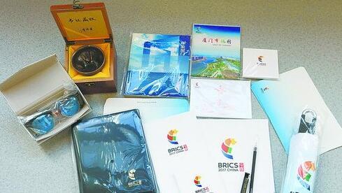 采访包里装的文具、地图、宣传册、纪念品等