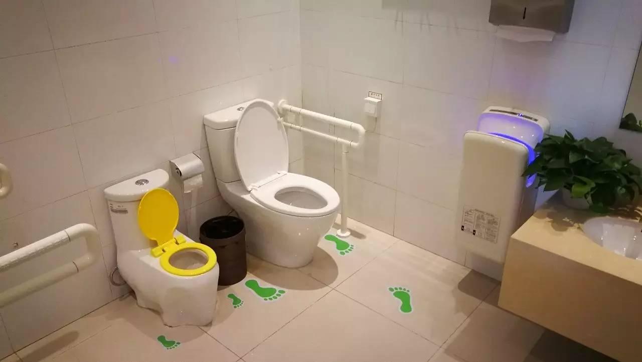 """青岛崂山风景区生态厕所里的""""第三卫生间""""配置的婴儿安全座椅,婴儿台"""