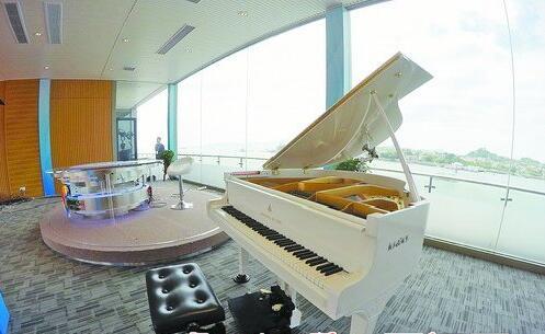 演播室内摆放钢琴,并由小学生现场弹奏,这是中央电视台实景演播室首次使用。
