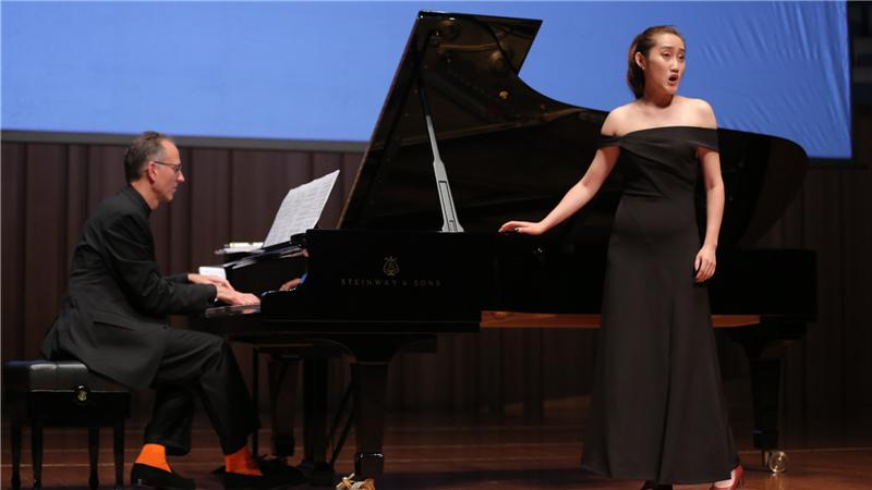 在公开大师课上,艺术总监乔纳森·帕博耐心地弹奏钢琴甘源/摄