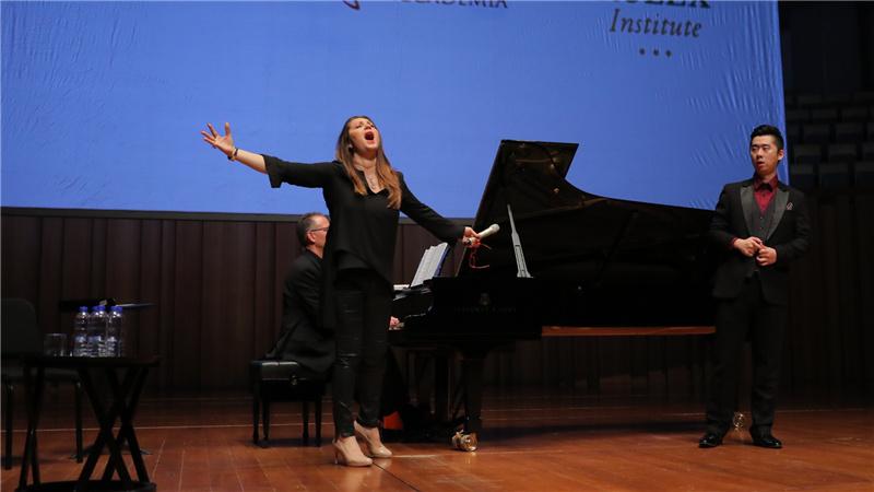 女高音歌唱家芭芭拉·芙丽托莉在每位学员演唱时,都进行了示范甘源/摄