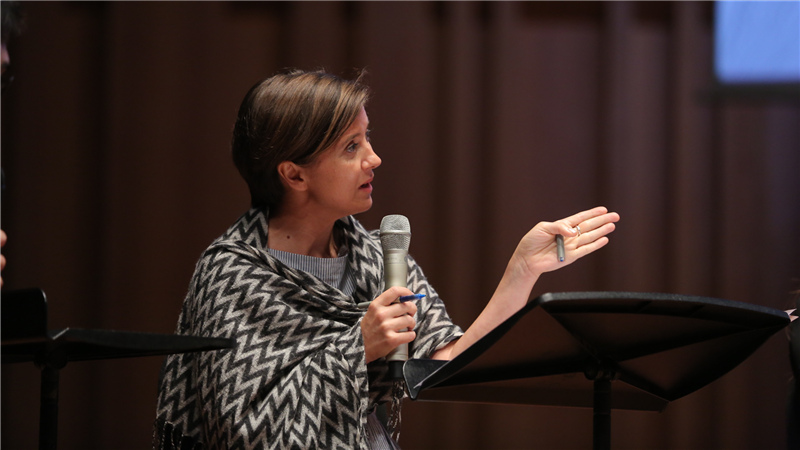 伊莎贝拉·拉德克利菲在歌剧演唱中的发音、语义等对学员们进行了指导甘源/摄