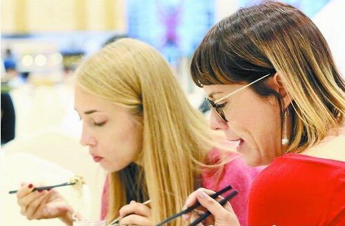 新华社英国籍雇员熟练使用筷子,享用沙茶面
