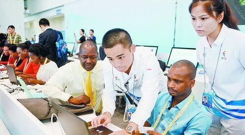 新闻中心的志愿者为外籍记者解决电脑联网问题