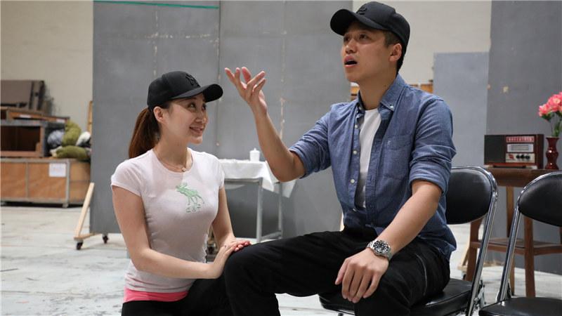 《西望长安》彩排照,演员王浩伟、王千予饰演栗晚成、达玉琴夫妇
