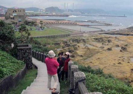 重阳节,台湾一些老人登高望远,享受天海一线的海岸景观。中新社记者 任海霞 摄