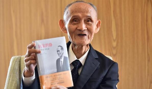 9月3日,高秉涵老先生在向记者展示自己的回忆录