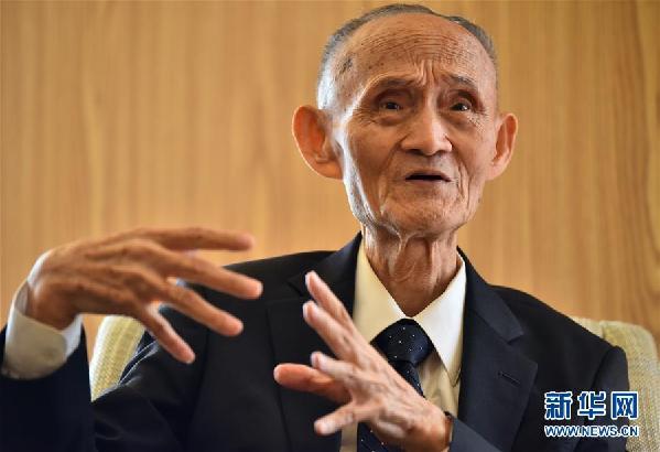 9月3日,高秉涵老先生在向记者讲述自己抱着骨灰回家乡的场景
