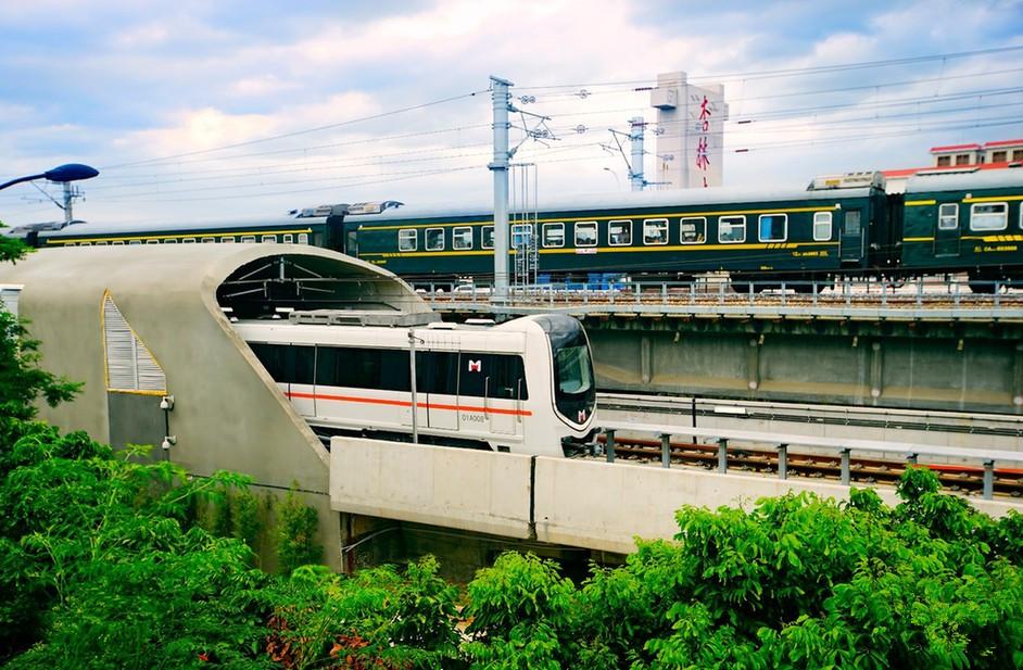 杏林大桥桥头,一号线地铁从高集海堤疾驰而出