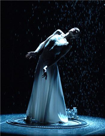 用芭蕾将安娜内心纠结、矛盾、痛苦的种种心理视觉化,仿佛将她脑海中的层层思绪摊开来呈现到舞台之上